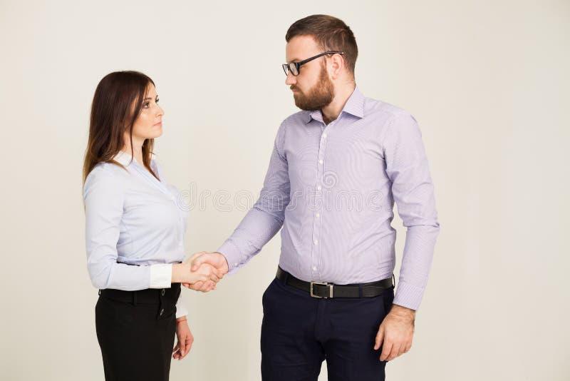 Affärsmän och kvinnor skakar handhandskakningöverenskommelse arkivfoton