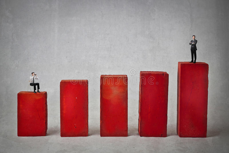 Affärsmän på ett rött diagram arkivbilder