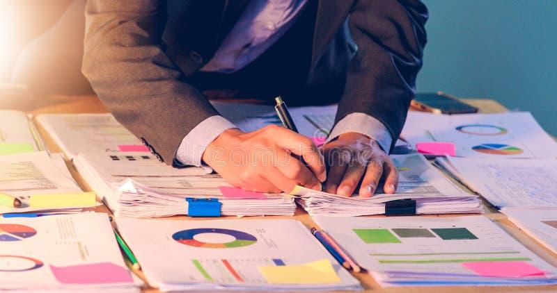 Affärsmän räknar pengar och planfinanser för projekt och bruksräknemaskiner för den finansiella analysprojektdokument och grafen arkivbilder