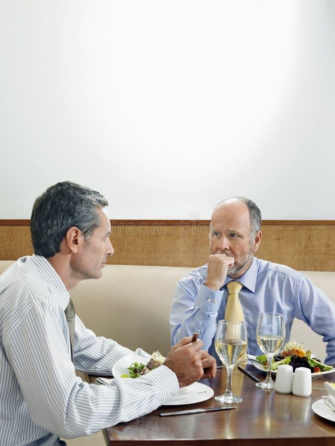 Affärsmän som äter middag i restaurang royaltyfria foton
