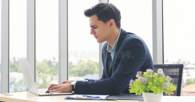 Affärsmän som använder anteckningsboken och påfyllningen som är allvarliga om det gjorda arbetet royaltyfria foton