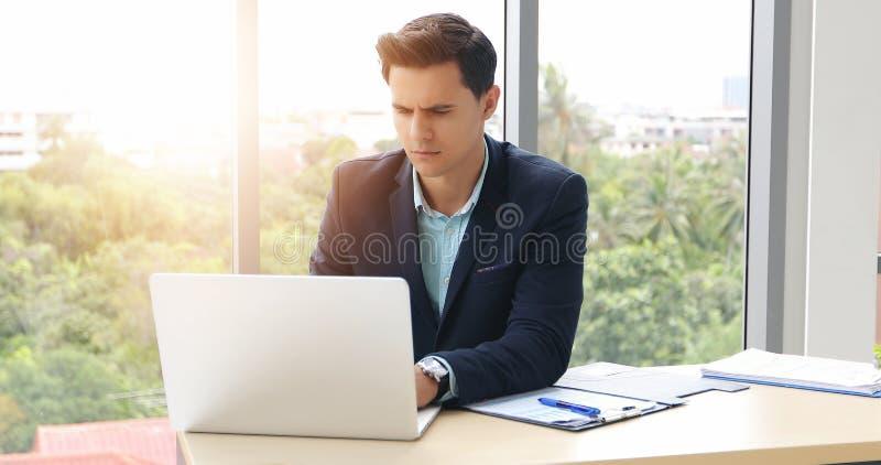 Affärsmän som använder anteckningsboken och påfyllningen som är allvarliga om det gjorda arbetet arkivbild