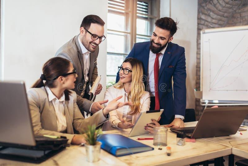 Affärsmän som använder en digital minnestavla för att diskutera information med en mer ung kollega royaltyfri fotografi