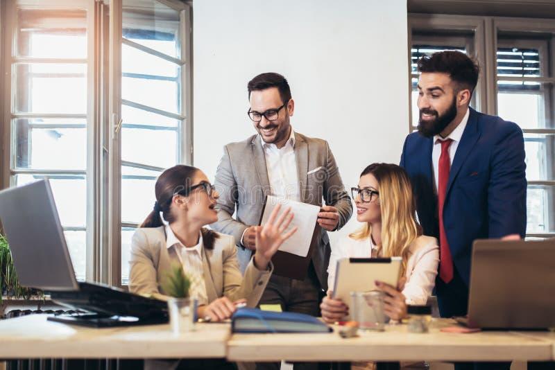 Affärsmän som använder en digital minnestavla för att diskutera information med en mer ung kollega royaltyfri foto