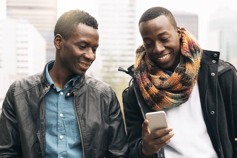 Affärsmän som använder mobilen i gatan royaltyfria foton