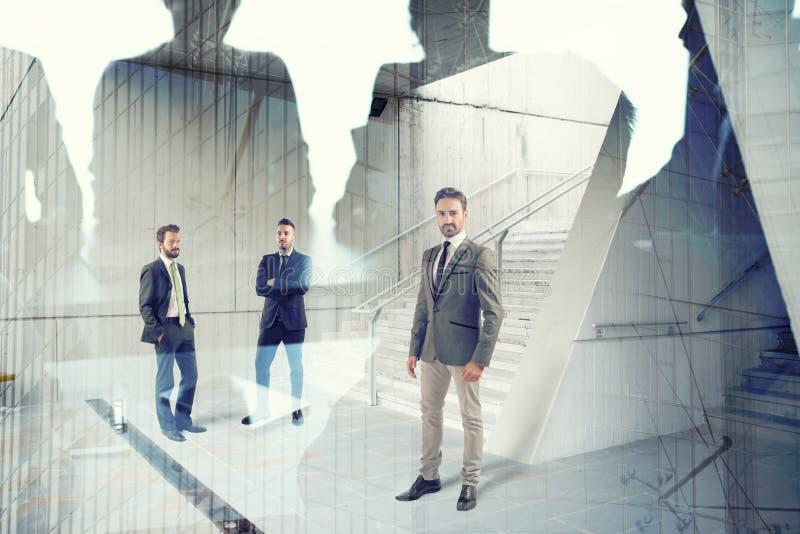 Affärsmän som arbetar tillsammans i regeringsställning Begrepp av teamwork och partnerskap royaltyfri bild