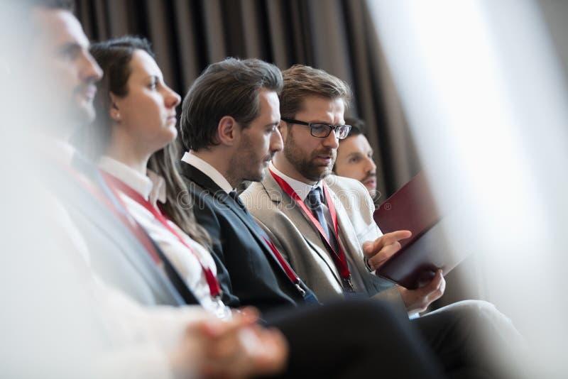 Download Affärsmän Som Diskuterar över Mapp Under Seminarium Arkivfoto - Bild av affär, mitt: 78726500