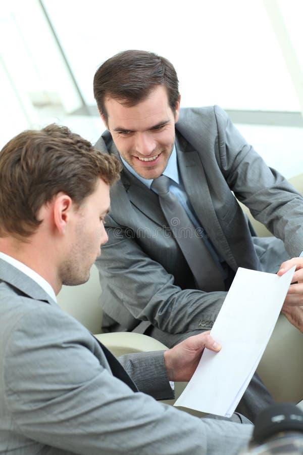 Affärsmän som diskuterar arbete arkivbild
