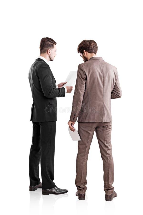 Affärsmän som diskuterar avtalet royaltyfri fotografi