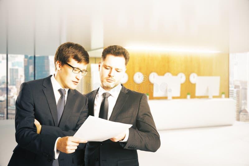 Affärsmän som diskuterar avtalet arkivbilder