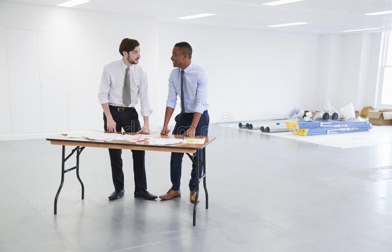 Affärsmän som diskuterar plan för kontorsinredesign arkivbilder