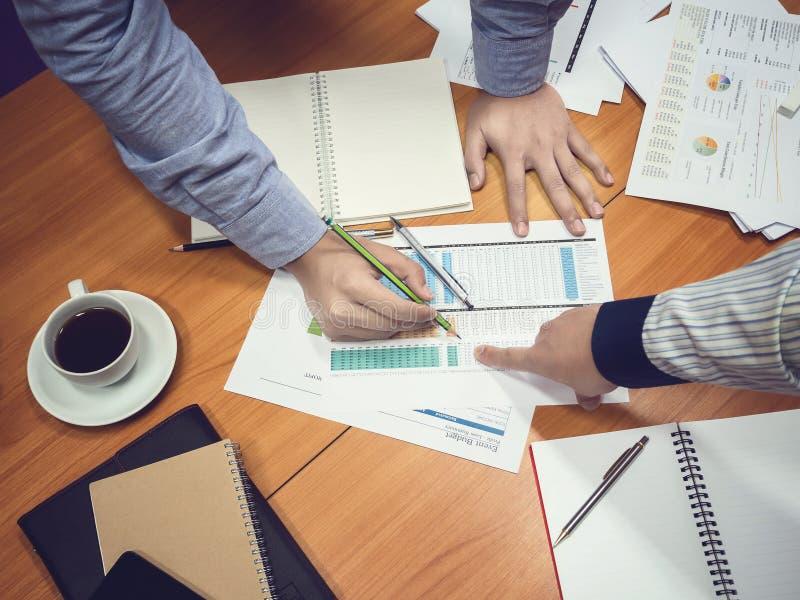 Affärsmän som diskuterar projekt i mötesrum arkivbilder