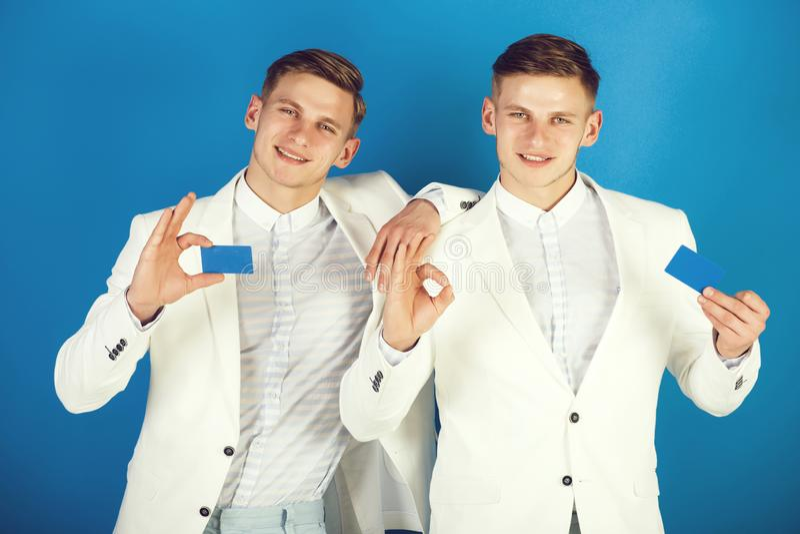 Affärsmän som ler i vita omslag på blå bakgrund arkivfoto