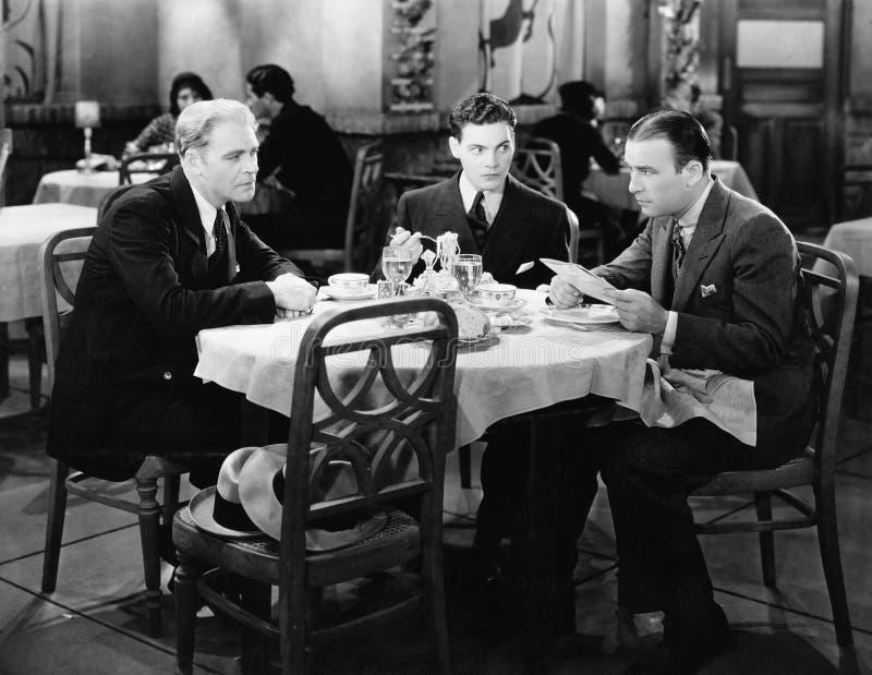 Affärsmän som möter i restaurang (alla visade personer inte är längre uppehälle, och inget gods finns Leverantörgarantier som the royaltyfria bilder