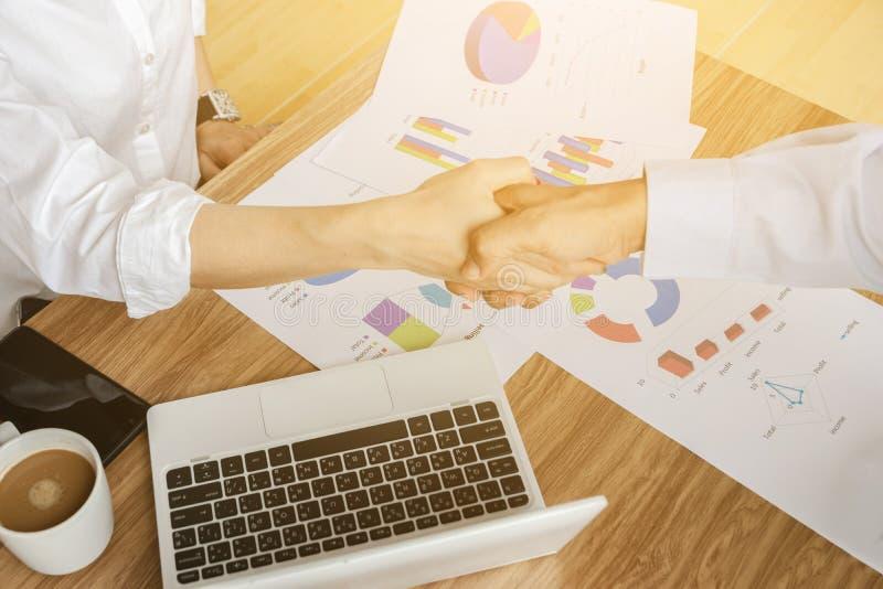 Affärsmän som rymmer handlagarbete som analyserar att instämma för diagram royaltyfri foto