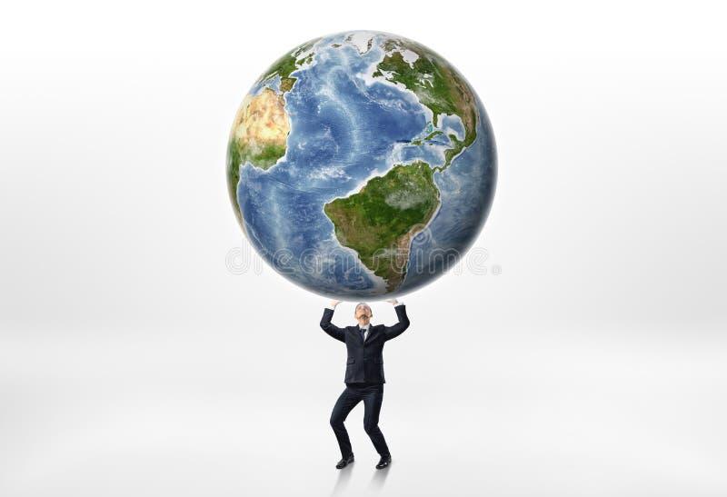 Affärsmän som rymmer jorden upp ovanför honom på en vit bakgrund arkivbild