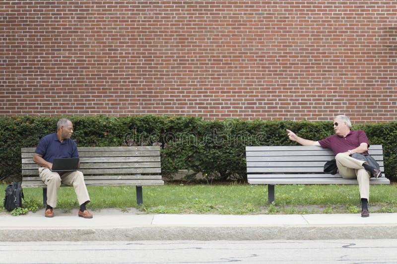 affärsmän som talar att vänta fotografering för bildbyråer