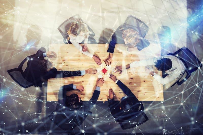Affärsmän som tillsammans arbetar för att bygga ett kulört pussel Begrepp av teamwork, partnerskap, integration och starten arkivfoton