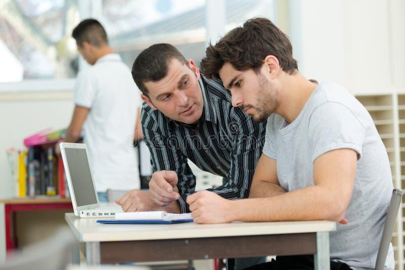 Affärsmän som tillsammans arbetar med bärbara datorn och smartphonen arkivbilder