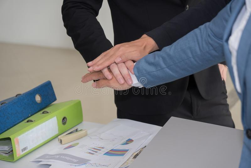 Affärsmän som tillsammans sammanfogar händer för att vara teamwork royaltyfria bilder