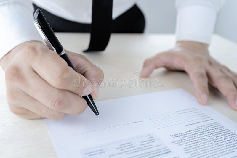 Affärsmän undertecknar avtal royaltyfri fotografi