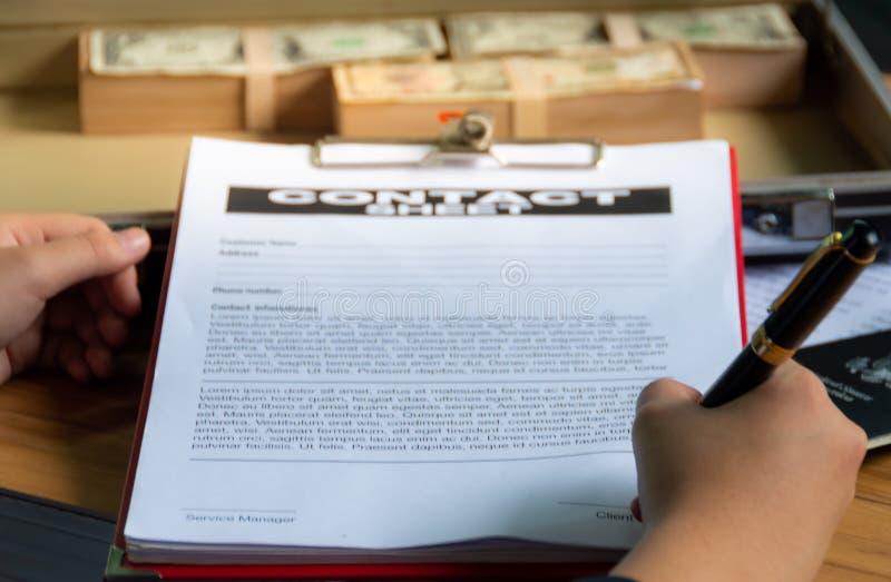 Affärsmän undertecknar avtalsdokumentet arkivfoto