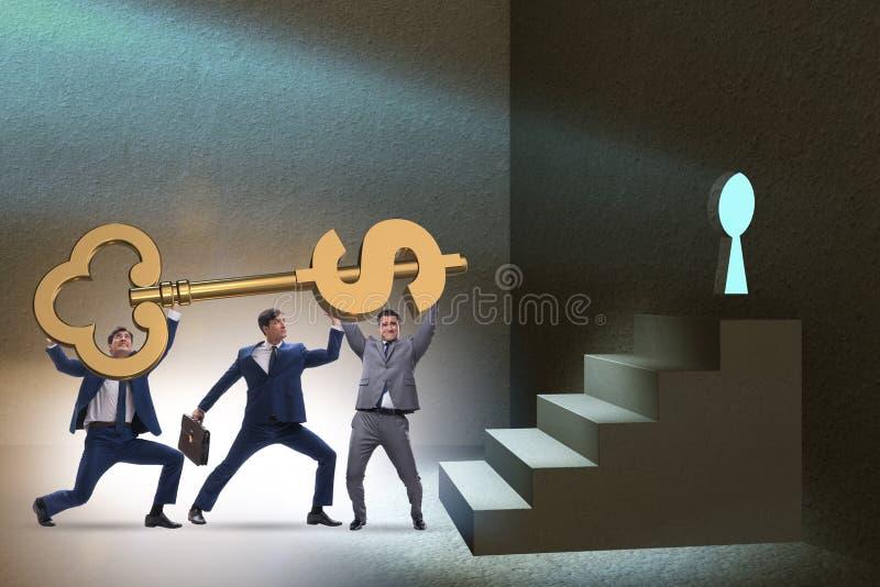 Affärsmännen med den nyckel- låsande upp dörren för dollar arkivbilder