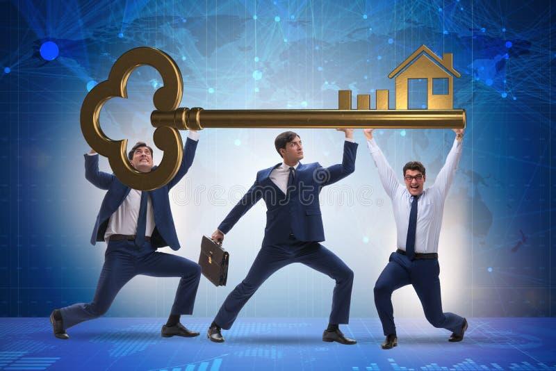 Affärsmännen som rymmer jätten, stämmer i fastighetbegrepp royaltyfri bild