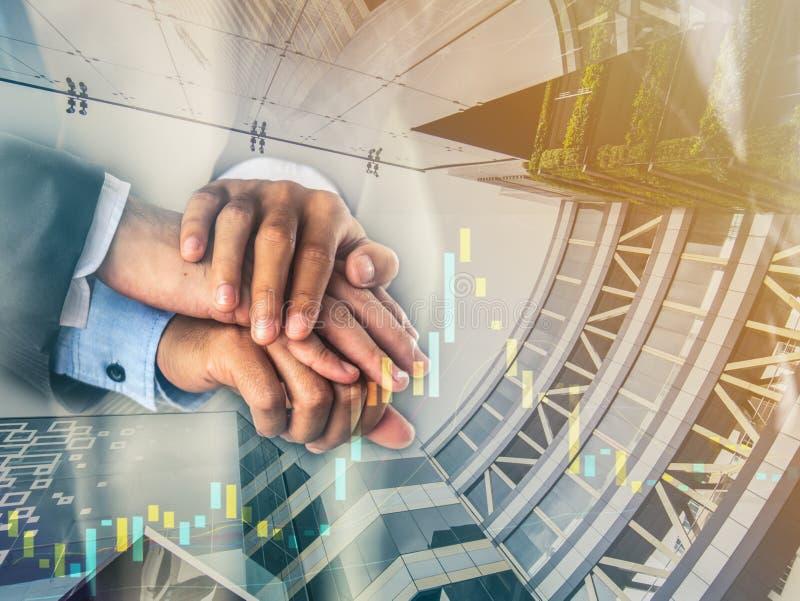 Affärsmäns händer rymmer tillsammans i betydelse av den partnerenhet och korporationen arkivfoto