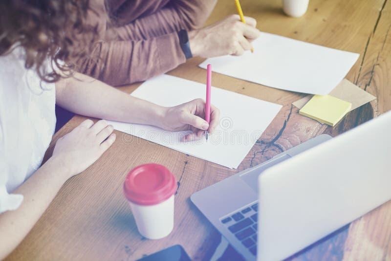 Affärsmöte i det moderna kontoret, ung entreprenör som arbetar tillsammans genom att använda bärbara datorn och tomma ark på trät royaltyfri bild
