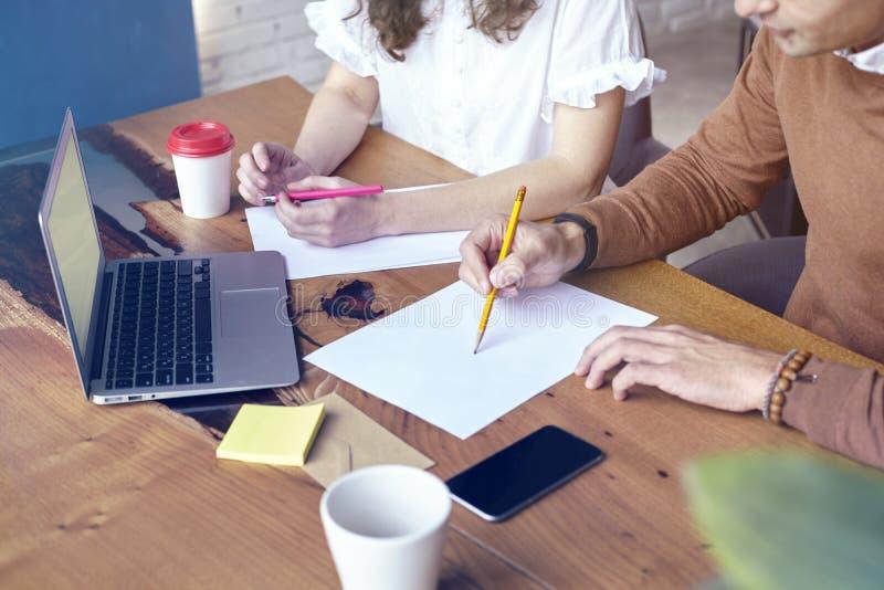 Affärsmöte i det moderna kontoret, ung entreprenör som tillsammans arbetar Affärsmöte i det moderna kontoret, ungt entreprenörarb fotografering för bildbyråer