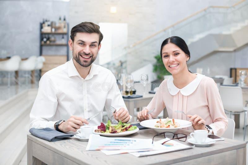 Affärsmöte i lyxig restaurang fotografering för bildbyråer