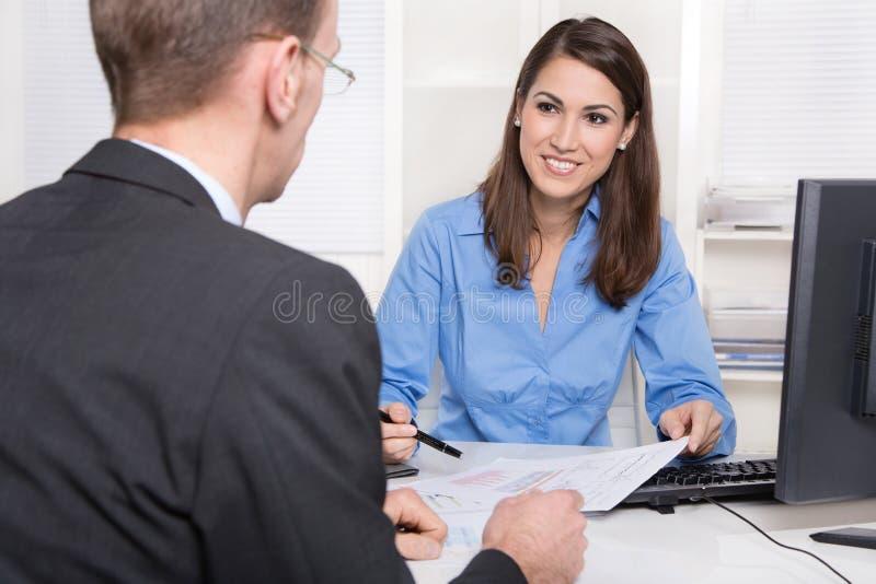 Affärsmöte - kund och konsulent på skrivbordet. royaltyfri foto