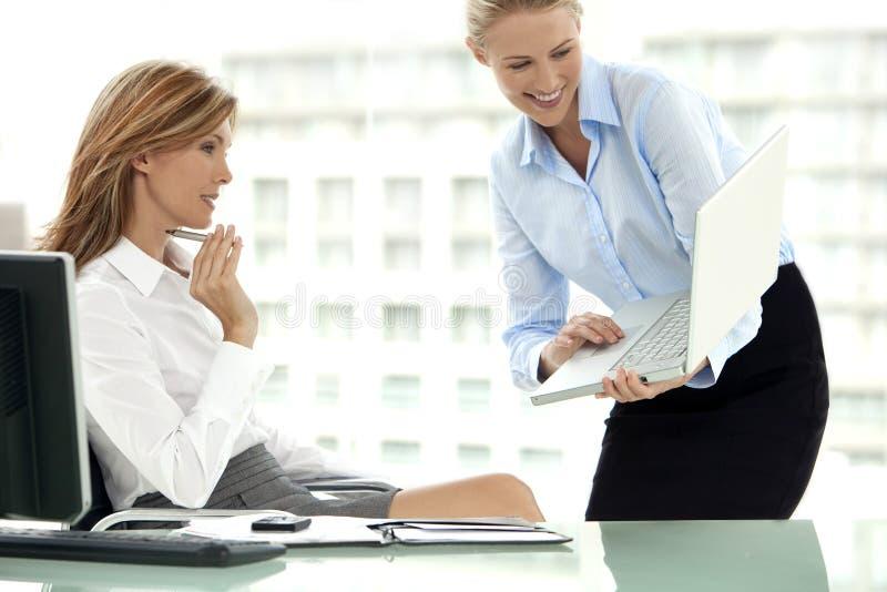 Affärsmöte med kvinnor endast arkivfoton