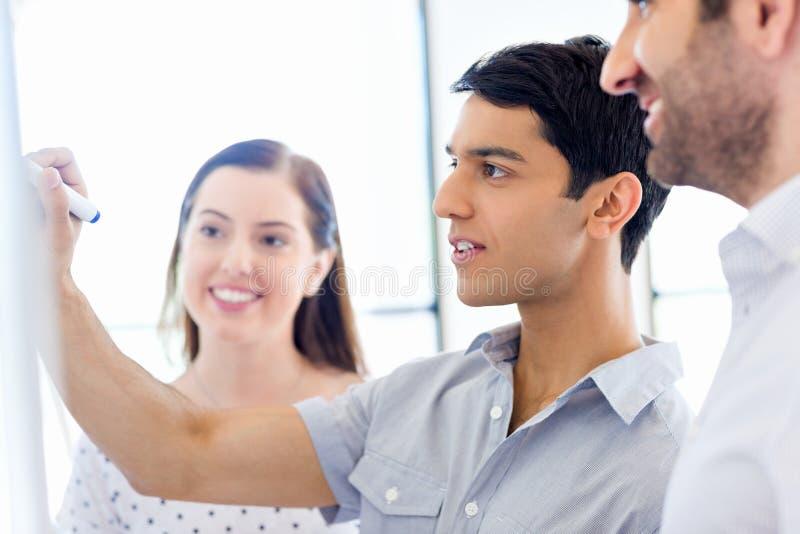 Affärsmöte med presentation fotografering för bildbyråer