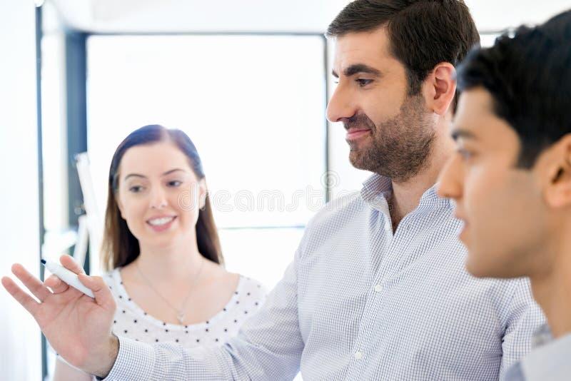 Affärsmöte med presentation arkivfoto