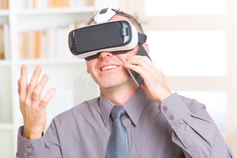 Affärsmöte med virtuell verklighethörlurar med mikrofon arkivfoton