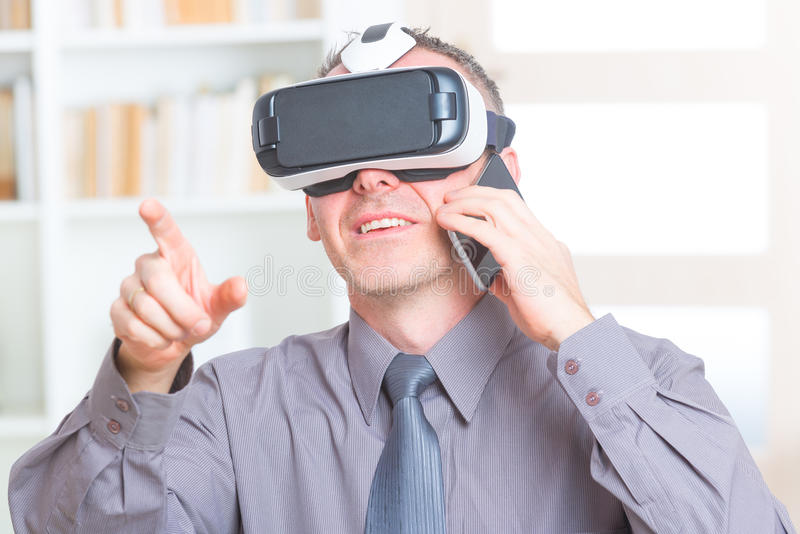 Affärsmöte med virtuell verklighethörlurar med mikrofon royaltyfri bild