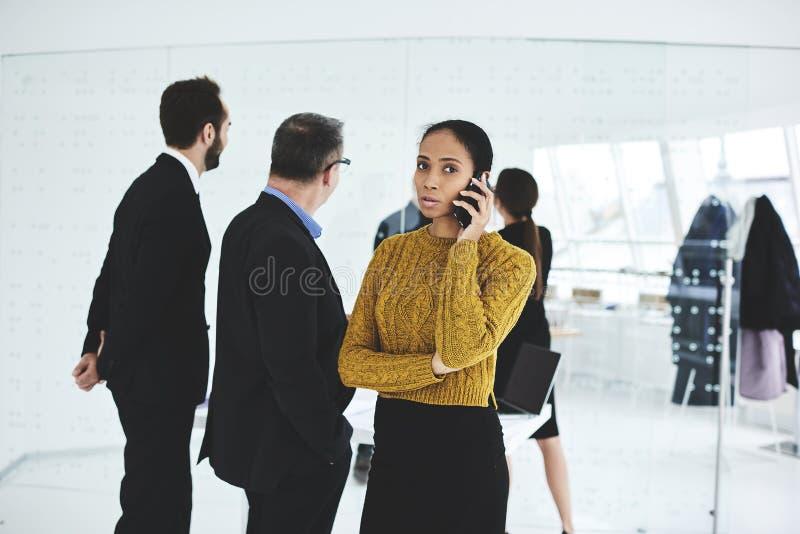 Affärsmöte medan arbete med den erfarna besättningen av företags affärsmän i regeringsställning royaltyfria bilder