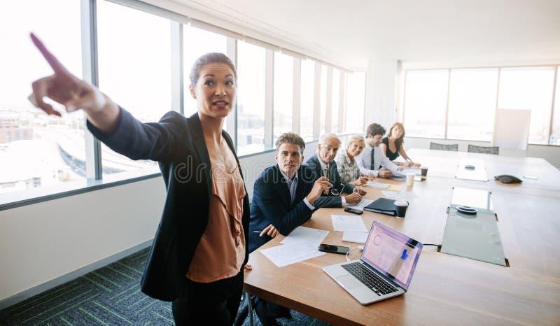 Affärsmöte och presentation i konferensrum arkivfoton