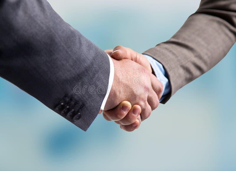 Affärsmöte på tabellen som skakar handavslutningen av avtalet royaltyfri bild