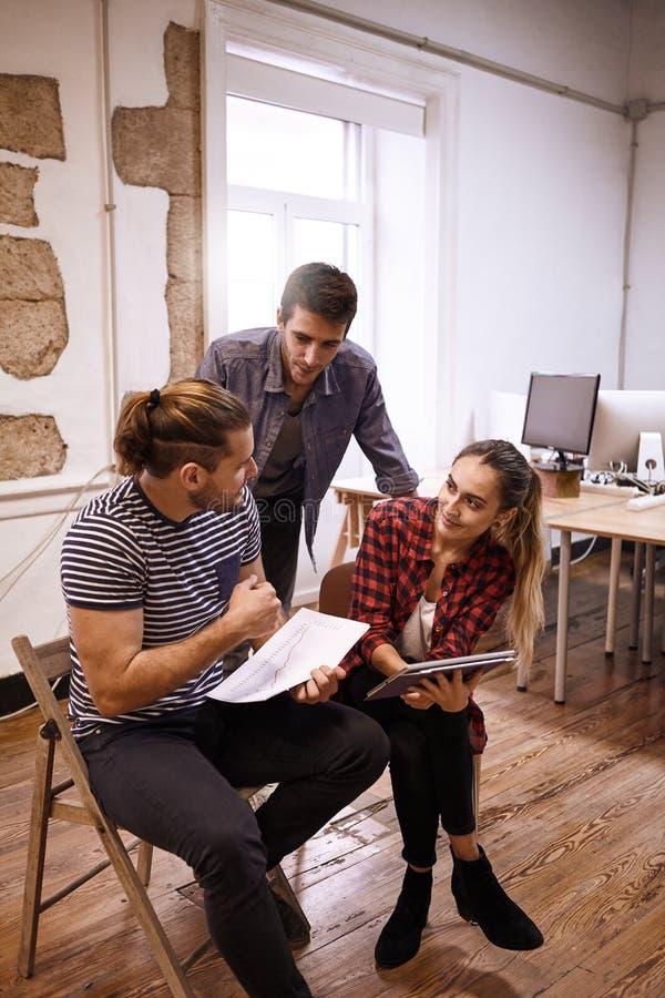 Affärsmöte som är pågående med threesomen arkivfoton
