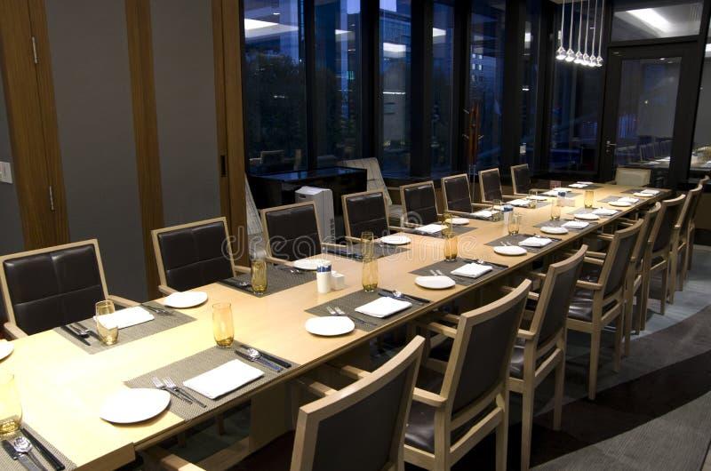 Affärsmöte som äter middag tabellen i hotellrestaurang royaltyfri bild