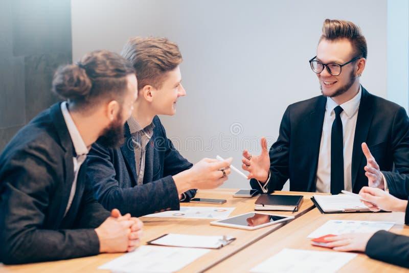 Affärsmöte som diskuterar projektmål arkivbild