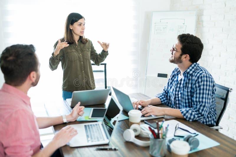Affärsmöte som ledas av affärskvinnan At Office arkivbild