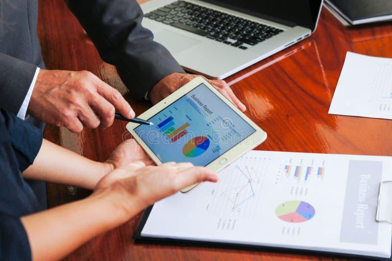 Affärsmöten, dokument, försäljningsanalys, analys resulterar royaltyfria bilder