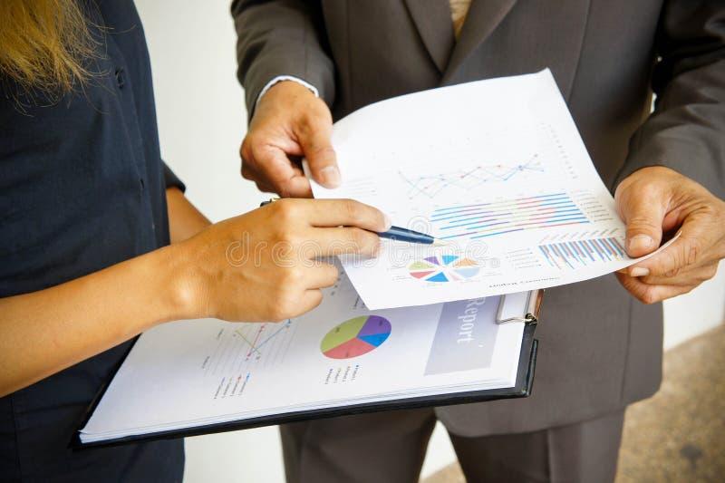 Affärsmöten, dokument, försäljningsanalys, analys resulterar royaltyfria foton