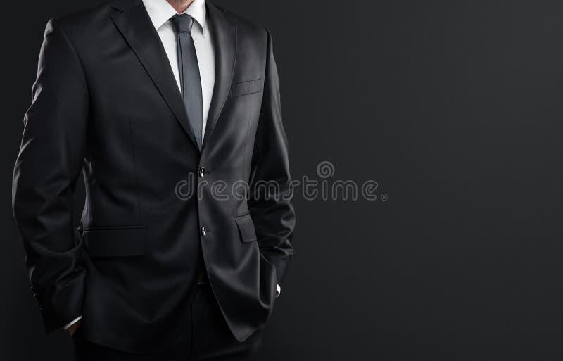 Affärsman över mörkerbakgrund royaltyfria bilder