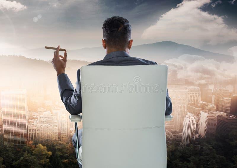 Affärsman Back Sitting i stol med cigarr- och stadsberglandskap royaltyfri foto