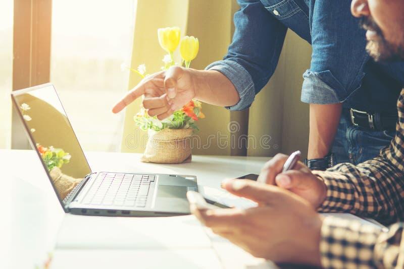 Affärsman beräknar faktura med hjälp av räknare på kontoret arkivfoton